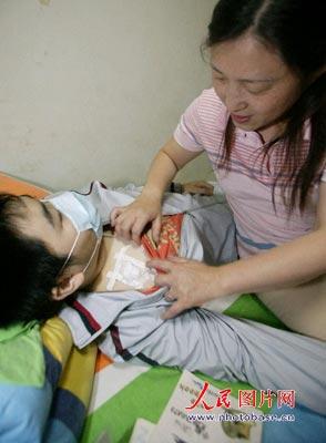 考前,妈妈将孩子作一些保护。