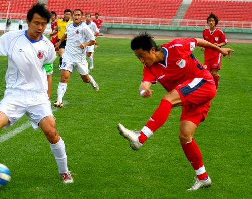 图文:南昌1-0哈尔滨毅腾 哈尔滨队员抽射