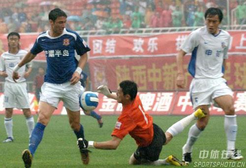 图文:[中超]陕西0-2上海申花 王大雷扑救