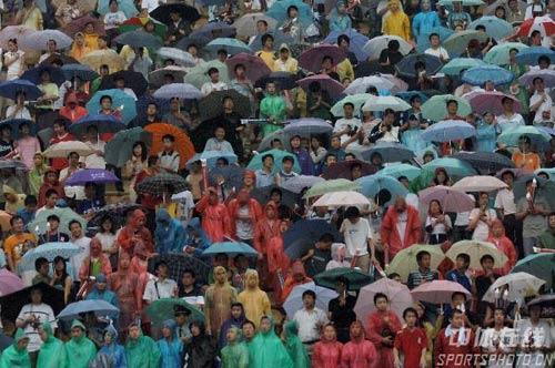图文:[中超]陕西0-2上海申花 球迷冒雨看球