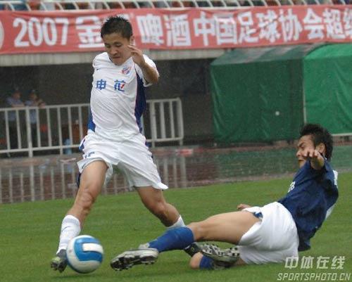 图文:[中超]陕西0-2上海申花 边路突破