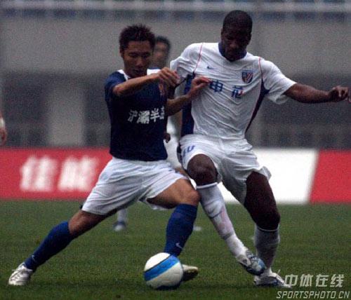 图文:[中超]陕西0-2上海申花 里卡多拼抢