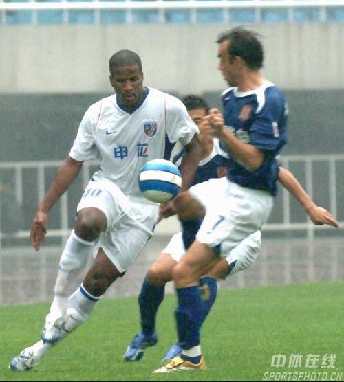 图文:[中超]陕西0-2上海申花 里卡多突破