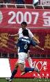 图文:[中超]陕西0-2上海申花 队员争顶