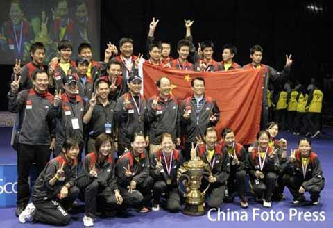 图文:中国队成功卫冕苏迪曼杯 夺冠全家福