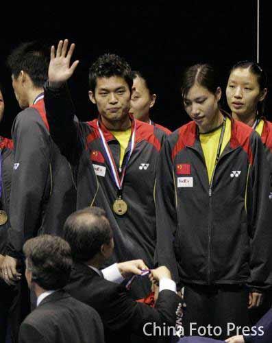 图文:中国成功卫冕苏迪曼杯 林丹挥手致意