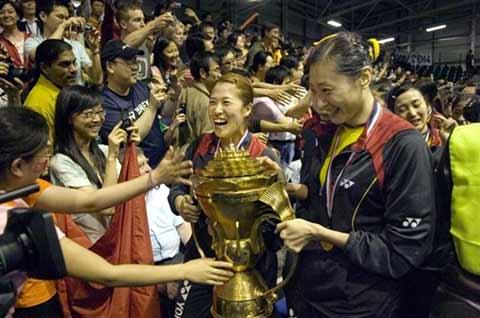 图文:中国队成功卫冕苏迪曼杯 球迷触摸到金杯