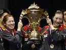 图文:中国队成功卫冕苏迪曼杯 女将与金杯合影