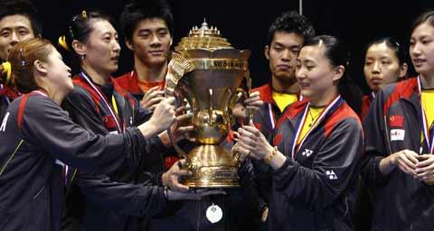 图文:中国队成功卫冕苏迪曼杯 队员传阅金杯