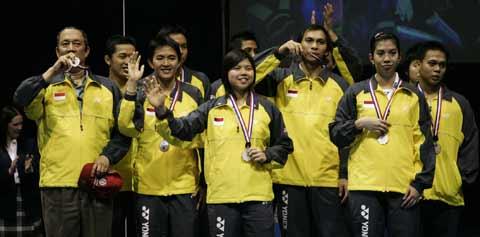 图文:中国队成功卫冕苏迪曼杯 印尼队领奖