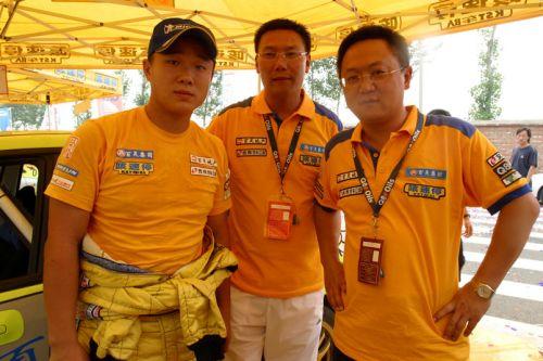 图文:2007全国拉力赛怀柔站 刘曹冬接受祝贺