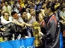 图文:中国队成功卫冕苏迪曼杯 球迷分享胜利