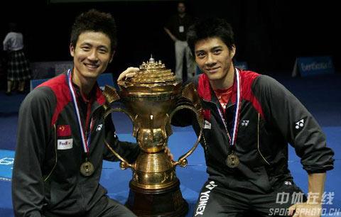 图文:中国队成功卫冕苏杯 蔡赟付海峰与金杯