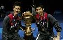 图文:中国队成功卫冕苏杯 蔡�S付海峰与金杯