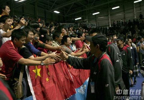 图文:中国队成功卫冕苏迪曼杯 答谢现场球迷