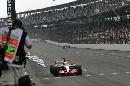 图文:[F1]美国大奖赛决赛 冲过终点线的瞬间
