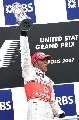 图文:[F1]美国大奖赛决赛 高举冠军奖杯