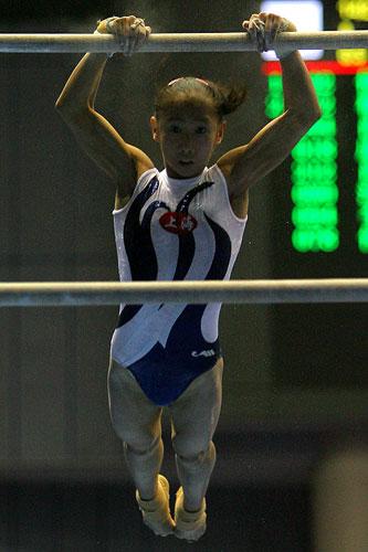 图文:全锦赛单项李娅失误 肖婷婷在高低杠中