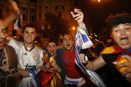 图文:皇马3-1马洛卡夺冠 兴奋的皇马球迷