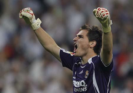 图文:皇马3-1马洛卡夺冠 卡西利亚斯高举双臂