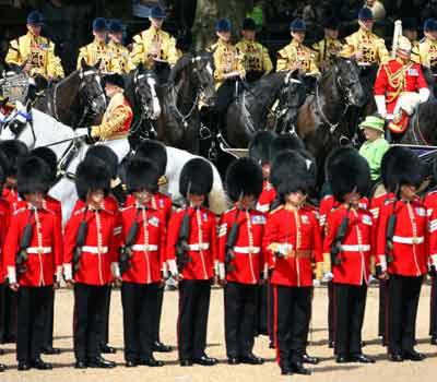 女王的马车穿越禁卫兵列队