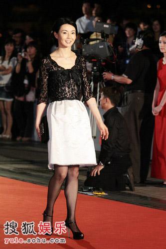 张曼玉黑白裙凸显个性