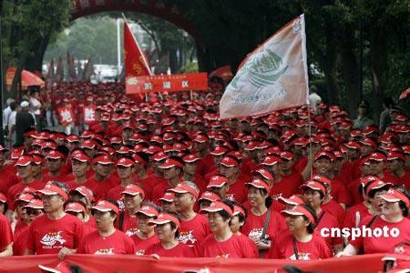 组图:江苏无锡举行健步走活动 万人行走迎奥运