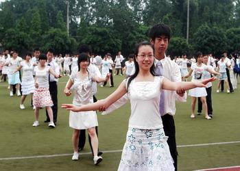 成都市实验中学排练集体舞 男女生对眼神略显羞涩