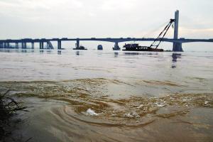 九江渡口水流湍急。