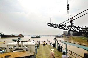 工作人员在清理九江渡口码头。龙成通 摄