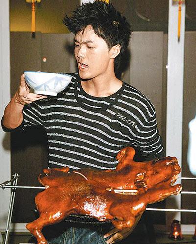 吴克群虽与金曲歌王宝座擦身而过,仍在庆功宴开心吃烤乳猪、喝汤