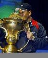 图文:中国队成功卫冕苏杯 李永波在亲吻奖杯