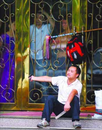 插门 男子用拖把插上桑拿馆的门。