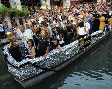 图文:[NBA]马刺庆祝夺冠  众将乘坐花船