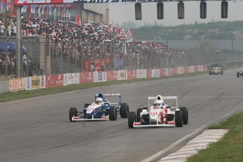 图文:[AGF]揭幕站决赛 两辆赛车争夺1号弯