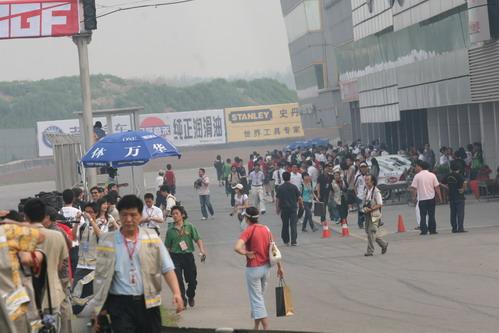图文:[AGF]揭幕站决赛 维修区忙碌的场景