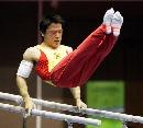 图文:全国体操锦标赛双杠赛况 黄旭在比赛中