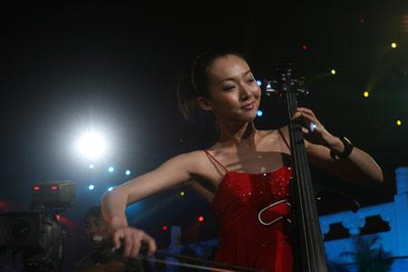 图文:奥运城市志愿者招募主题活动 乐器表演
