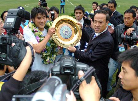 2005年,林乐丰向李明授予球员终身贡献奖。