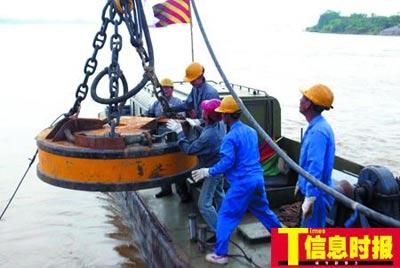 昨日中午,磁铁船将磁铁块放入水开始吸附沉车残骸。广州日报记者 龙成通 摄