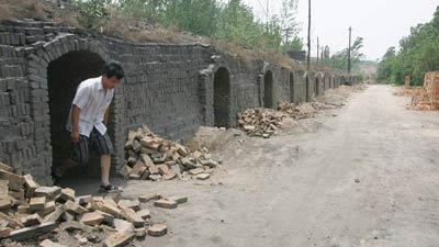 """空荡荡的兵兵黑砖窑厂""""人去楼空""""图 记者周喜丰"""