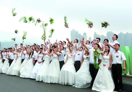 昨日,30对爱人来到南滨路合照留念 见习记者 梁杰 摄