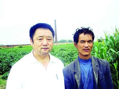 陈代表黑砖厂救出民工陈小平后,两人的合影