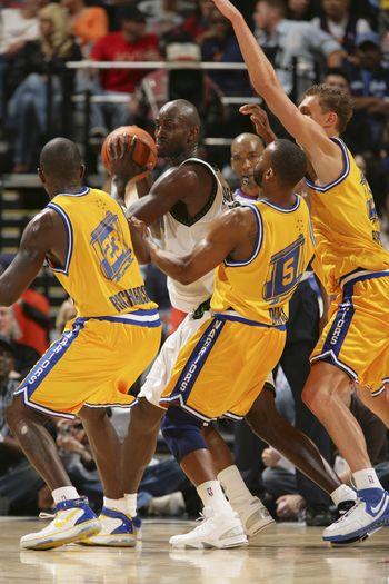 图文:[NBA]勇士擒森林狼 加内特陷入重围