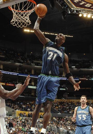 图文:[NBA]湖人胜森林狼 加内特飞身扣篮