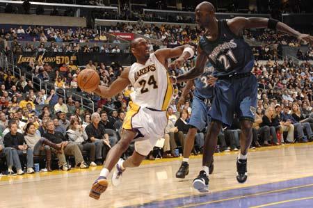 图文:[NBA]湖人胜森林狼 科比突破加内特