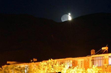 2007年6月19日凌晨零时10分左右,新疆阿勒泰出现月星同辉奇观。图片来源:CFP
