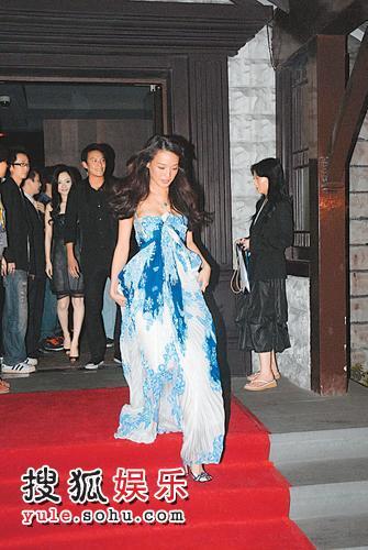 """2007年6月18日,上海,""""2007华谊兄弟电影主题海报揭幕仪式""""举行。舒淇的裙尾太长,步下楼梯时战战兢兢。"""