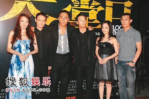 """2007年6月18日,上海,""""2007华谊兄弟电影主题海报揭幕仪式""""举行。舒淇、刘烨(左三)、张震(右三)、李小璐(右二)及杨佑宁(右一)宣传《天堂口》。"""