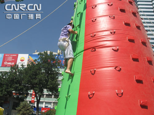 《勇攀高峰》比赛项目中的选手当仁不让争第一